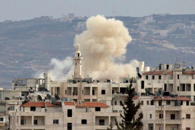 Kouř stoupá nad městem Idlib po útoku syrské armády