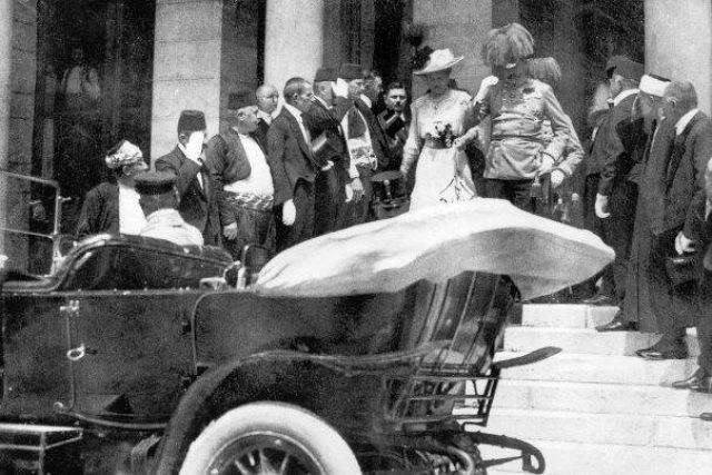 František Ferdinand d´Este se svou ženou Žofií Chotkovou opouští zmiňovanou budovu.