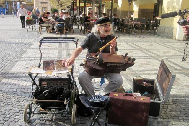 Pouliční hudebník - hráč na niněru