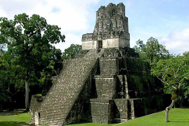 Mayské pyramidy, místa rituálního obětování, dnes lákají miliony turistů. Jako například guatemalský Tikal