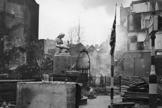 Poškozeno bombou, Bloomsbury Square, Londýn 1940