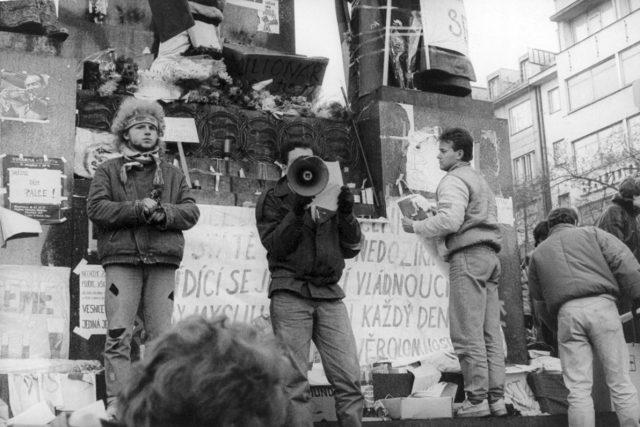 Studenti před sochou sv. Václava v listopadu 1989