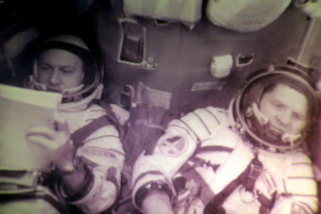Alexej Gubarev a Vladimír Remek na palubě Sojuzu 28