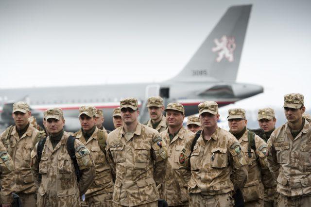 Přílet poslední části 10. jednotky Provinčního rekonstrukčního týmu z Afghánistánu na letiště Praha Kbely