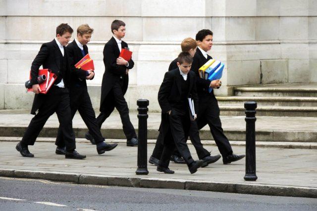 Studenti Eton College nosí fraky a tmavé kalhoty | foto: Jiří Hošek