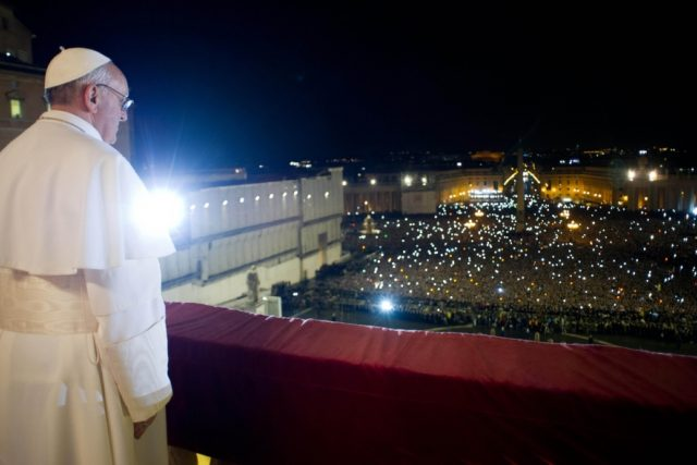Papež František shlíží z balkónu baziliky sv. Petra ve Vatikánu