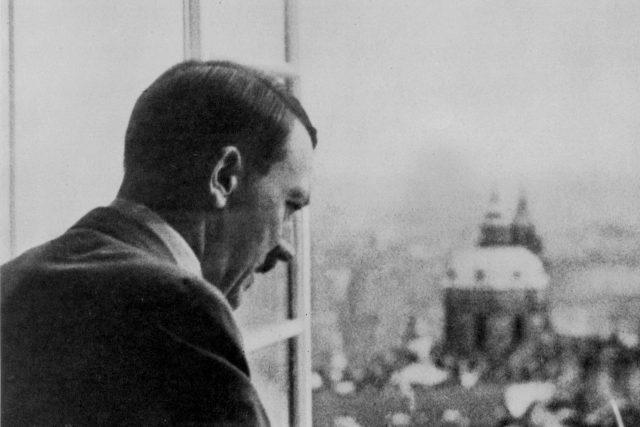 1939,  Adolf Hitler shlíží z okna Pražského hradu | foto:  Archiv ČRo