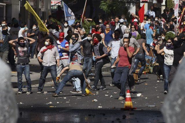 Demonstrace v tureckých městech už si vyžádaly stovky zraněných