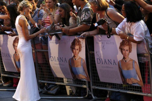 Představitelka Diany, herečka Naomi Wattsová, se na premiéře filmu podepisuje fanouškům