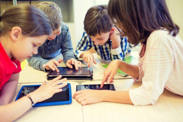 Děti, tablety (ilustrační foto)