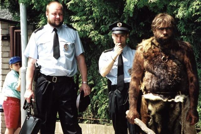 Herec Milan Šimáček (vlevo) ve filmu Mach, Šebestová a kouzelné sluchátko