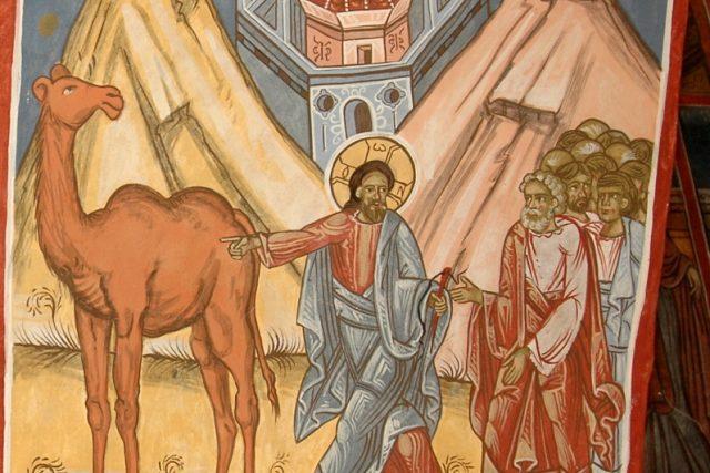 Snáze projde velbloud uchem jehly, než aby bohatý vešel do Božího království (Marek 10,25). Freska z Chrámu svatého Dimitrije (Sf. Dumitru) v rumunském městě Suceava