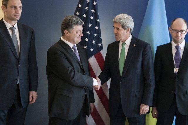 Petr Porošenko (druhý zleva) z Johnem Kerrym, ministrem zahraničí USA