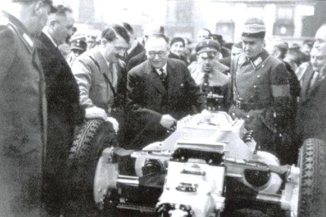 Hans Ledwinka a Adolf Hitler u podvozku Tatry 77