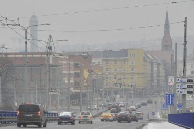 Meteorologové vyhlásili v noci na 28. ledna smogovou situaci v části Moravskoslezského kraje. Platí pro Ostravsko, Karvinsko a Frýdecko-Místecko bez Třinecka. Na snímku je ostravská Českobratrská ulice.