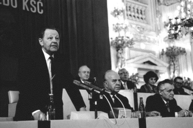 Generální tajemník ÚV KSČ Milouš Jakeš - vpravo L.Adamec.