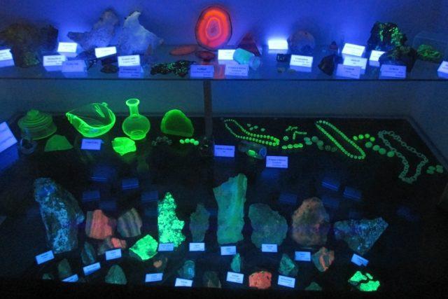 Minerály v jáchymovském muzeu Královská mincovna po UV osvětlením