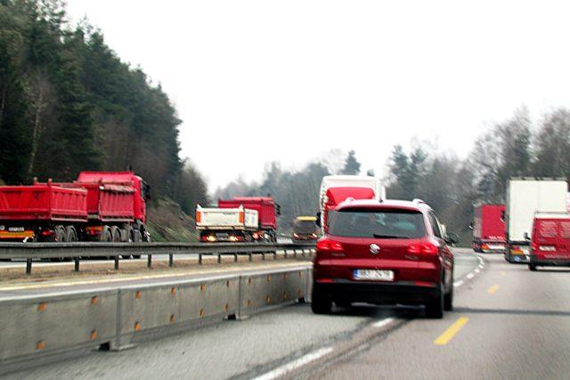 Zúžený úsek na dálnici D1 z pohledu řidiče osobního auta