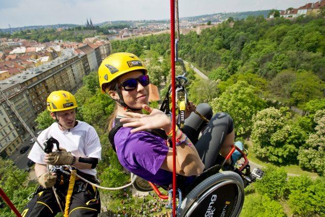 Součástí druhého ročníku festivalu Pojď dál bylo slaňování z Nuselského mostu na invalidním vozíku. Akce se zúčastnila i olympijská vítězka Eva Samková