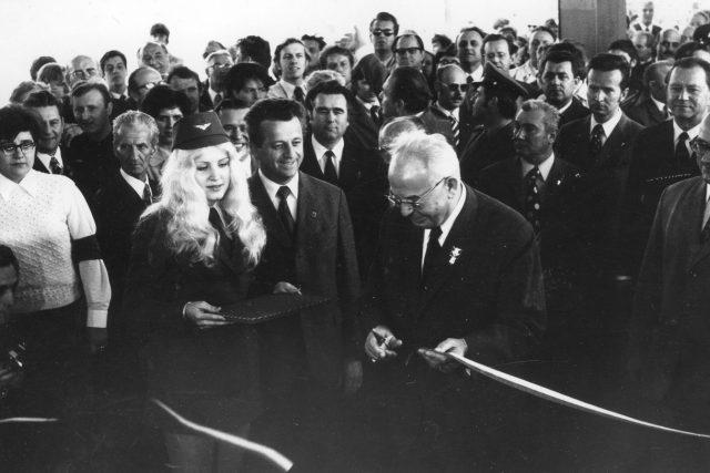 Je 9. květen, 9 hodin a 19 minut. Generální tajemník Gustáv Husák právě přestřihnul pásku a symbolicky tak zahájil provoz pražského metra