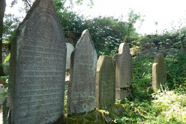 Na židovském hřbitově v Polné najdete na hrobech bohaté ornamenty | foto: Teresa  Babková