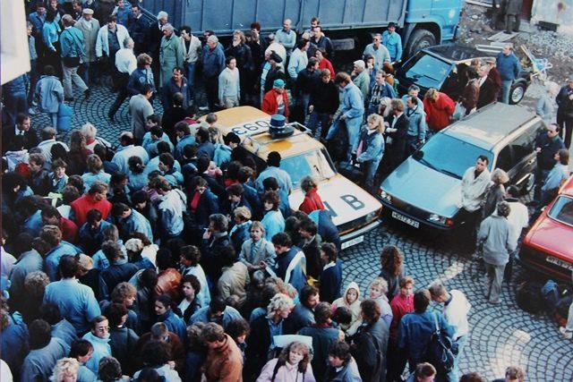 Před ambasádou ve Vlašské ulici. Veřejná bezpečnost se ztrácí mezi uprchlíky.