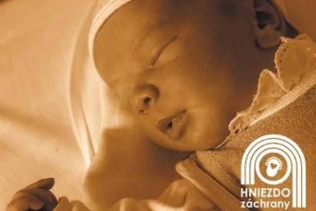 Dítě zachráněné ve slovenském babyboxu Hniezdo záchrany