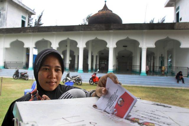 """Indonésie je vůbec největším muslimským státem a také bývá označována za """"třetí největší demokracii"""". Středeční volební pat může dosavadní výdobytky ohrozit"""