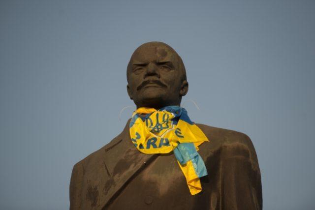 Socha V. I. Lenina na náměstí ve východoukrajinském Kramatorsku s ukrajinskou vlajkou