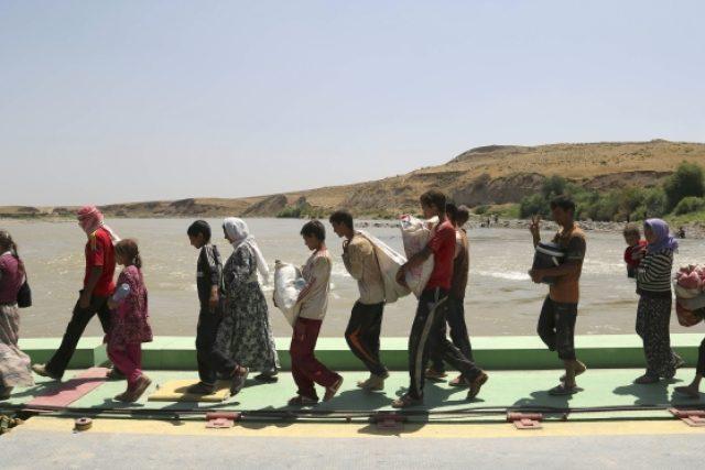 Vyhnaní jezídové. Zkáza v Iráku se změnila v genocidu. Lidé jsou stínáni, křižováni, chladnokrevně stříleni a vyháněni do bezvodé pouště jen kvůli své náboženské víře