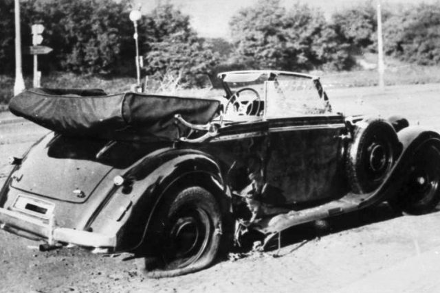 Zničený vůz po atentátu na Reinharda Heydricha   foto: Wikimedia Commons,  Deutsches Bundesarchiv,  Bild 146-1972-039-44,  CC0 1.0