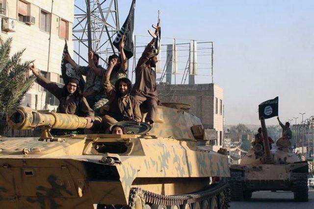 Bojovníci Islámského státu v syrské Rakká