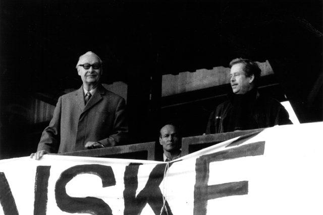 Proreformní komunista, v roce 1968 šéf komunistů, Alexander Dubček a vedoucí představitel Občanského fóra pozdější prezident Václav Havel během demonstrace na Letné v listopadu 1989
