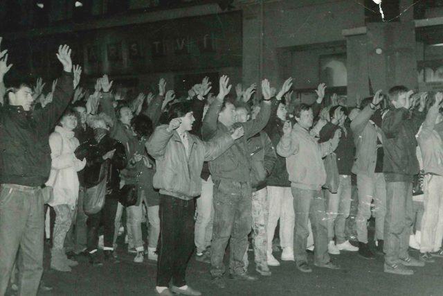 Tehdejší režim ekologické demonstrace v Teplicích překvapily. Pořádkové jednotky se dav snažily zastavit. Došlo i na zatýkání