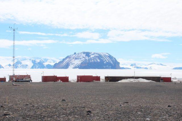 Česká vědecká stanice Johanna Gregora Mendela na ostrově Jamese Rosse v Antarktidě krátce po základním odzimování. V pozadí zamrzlý průliv Prince Gustav Channel a pohoří Antarktického poloostrova