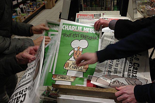 Nové číslo Charlie Hebdo na stáncích ve Francii | foto: Jan Šmíd,  Český rozhlas