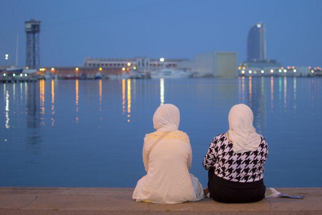 Dvě muslimky pozorují přístav v Barceloně