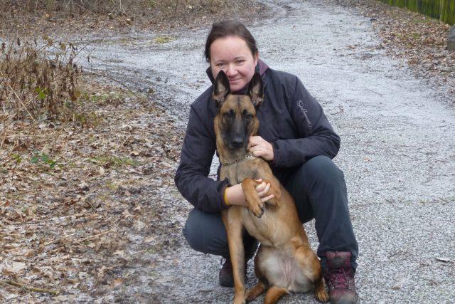 Hana Böhme s fenou belgického ovčáka Kamou krátce před odletem do Konga
