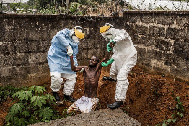 World Press Photo: Všeobecné zprávy, příběhy 1. místo - Pete Muller: Ebola in Sierra Leone