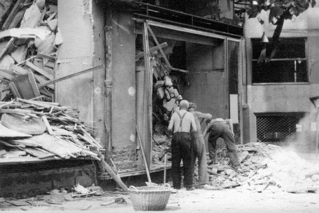 Odklízení trosek obchodního domu Prokop a Čáp v léte 1945 | foto: Vojenský historický ústav