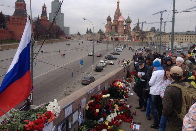 Na Borise Němcova lidé nezapomněli ani měsíc po jeho vraždě, na místo stále nosí květiny