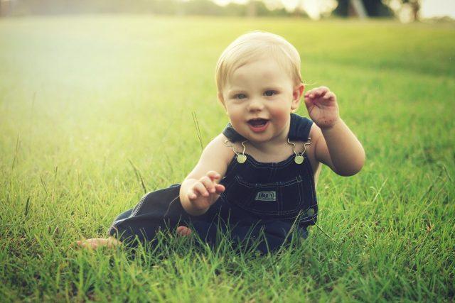 Dítě v trávě