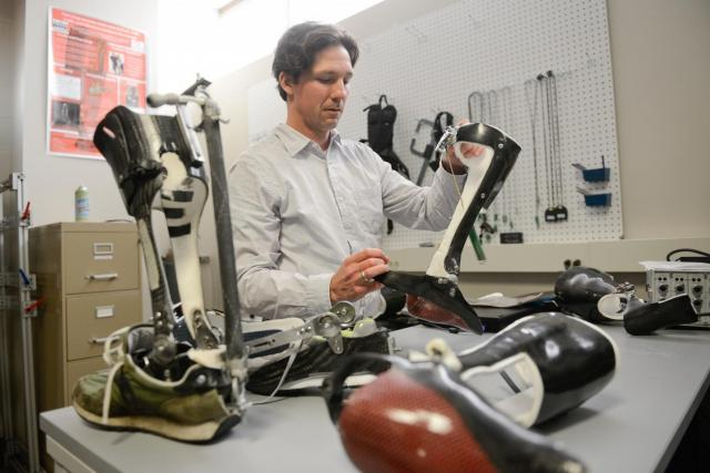 Dr. Greg Sawicki s exoskeletem