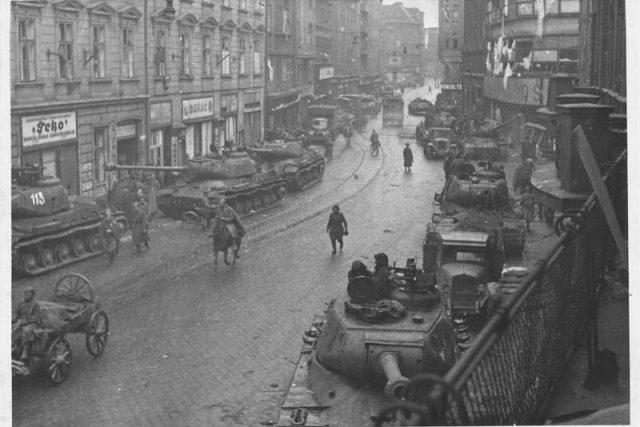 Rudoarmějci v ulicích Moravské Ostravy