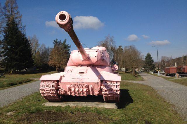 Tank číslo 23 - Růžový tank stojí hned u vjezdu do muzea v Lešanech.JPG