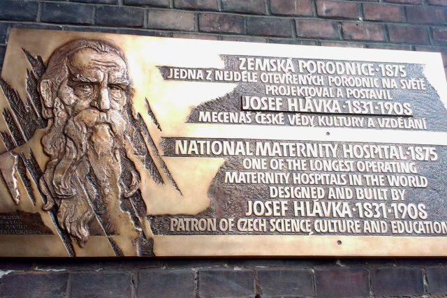 Památku Josefa Hlávky a zároveň narození prvního dítěte v Zemské porodnici připomíná pamětní deska hned vedle vchodu do budovy | foto: Edita Valentová