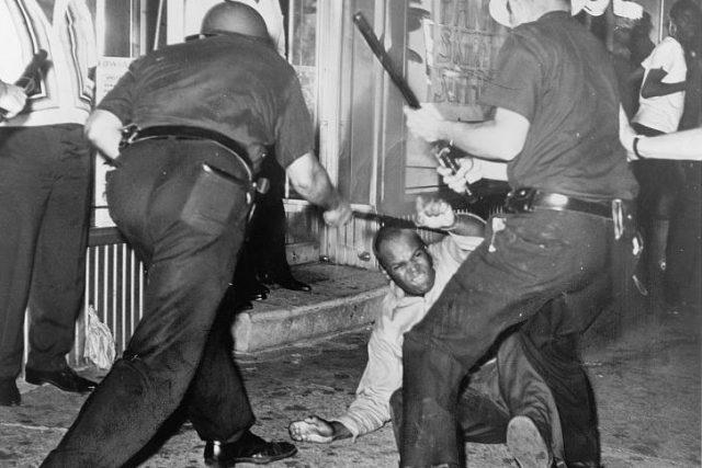 Policie bije mladého černocha během nepokojů v Harlemu (1964), které zahájilo zastřelení černého neozbrojeného teenagera bílými policisty