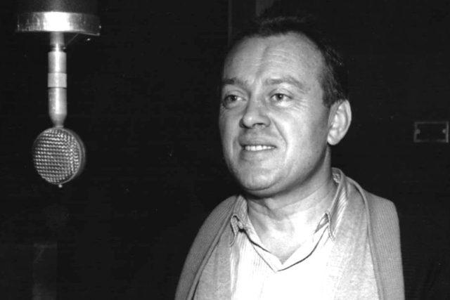 Karel Höger při natáčení rozhlasové hry