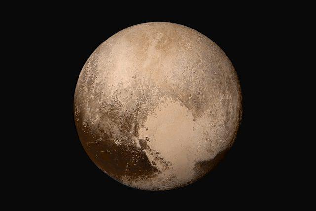 Trpasličí planeta Pluto ve skutečných barvách. Složená mozaika ze čtyř snímků sondy New Horizons