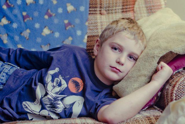 nemocné dítě, nemoc, dítě v posteli, smutné dítě